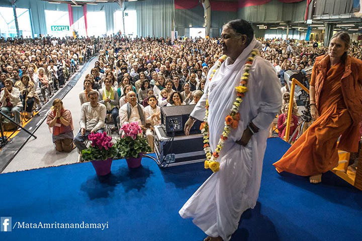 Amma et Embracing The World.